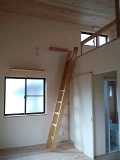 ロフトへ登る階段.jpg