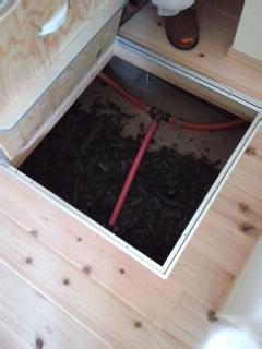 床下には炭とエッセンス.jpg