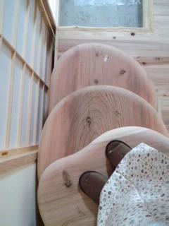 足にやさしい杉の板.jpg